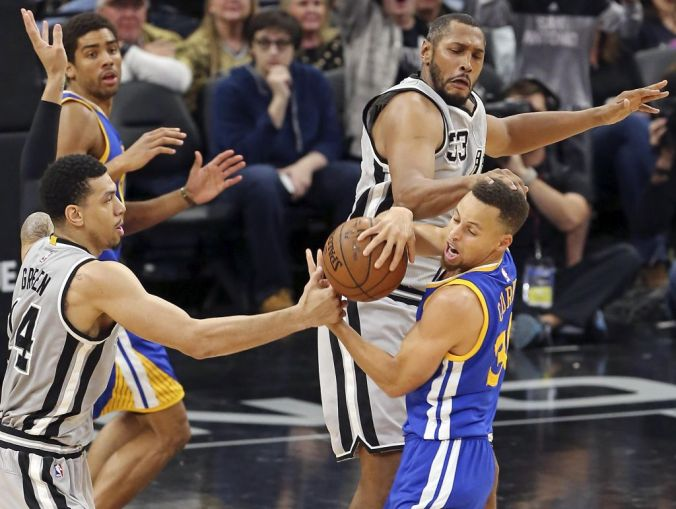 Spurs suffocating defense held the Warriors to their lowest total of the season, 79 points. (Photo: Edward A. Ornelas, San Antonio Express-News)