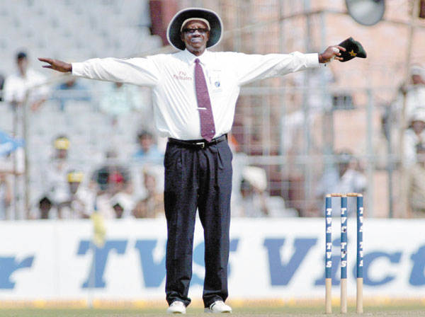 Steve Bucknor signalling a wide in Test cricket.
